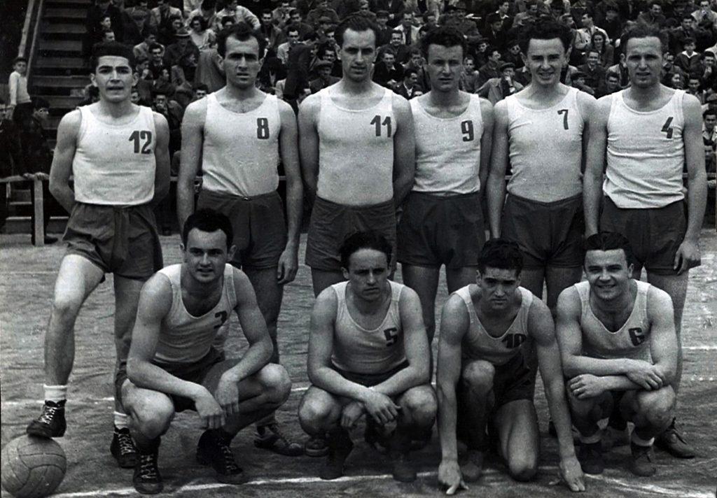 Шампионски тим КК Црвена звезда из 1948. године, Борислав Станковић носи број 7.